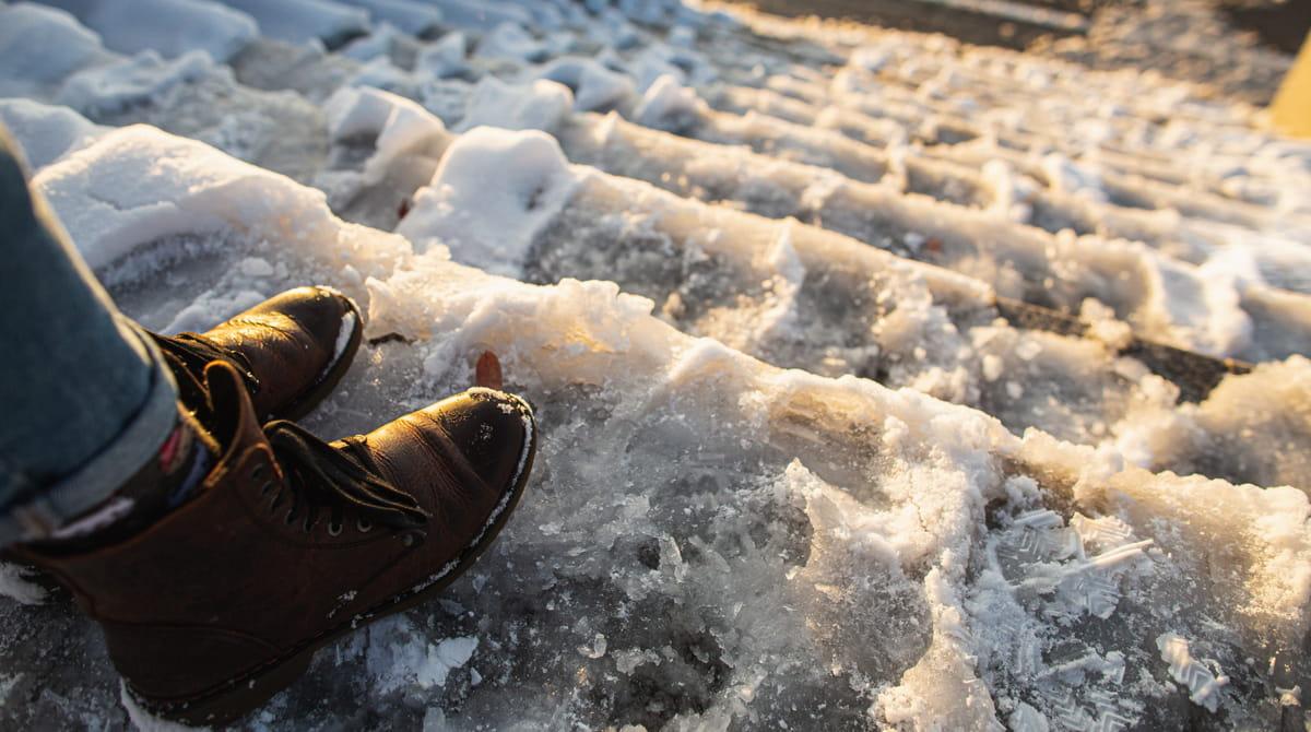 Wer für Winterunfälle auf dem Grundstück haftet
